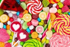 Kleurrijke die lollys en verschillend om suikergoed worden gekleurd stock foto