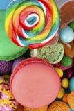 Kleurrijke die lollys en verschillend om suikergoed worden gekleurd Hoogste mening royalty-vrije stock afbeelding