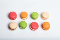 Kleurrijke die makarons op wit met ruimte voor tekst worden geïsoleerd Traditioneel Frans dessert De hoogste vlakke mening, legt Royalty-vrije Stock Foto