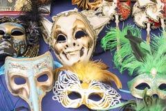 Kleurrijke die maskers op vlooienmarkt worden gezien Stock Afbeelding