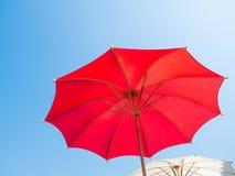 kleurrijke die paraplu met hoogtepunt tegen blauwe hemel wordt overspannen Royalty-vrije Stock Afbeelding