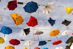 Kleurrijke die paraplu's door wind worden gebroken Stock Foto's