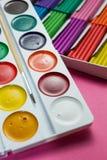 Kleurrijke die plasticine en waterverfverven, een school voor tekening wordt geplaatst stock foto's