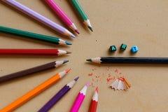 """Kleurrijke die potloden in half cirkelpatroon met woord à """"rechts worden geschikt Royalty-vrije Stock Afbeelding"""