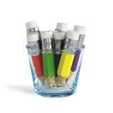 Kleurrijke die potloden in het transparante glas worden geplaatst Stock Afbeelding