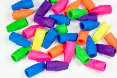 Kleurrijke die potloodgommen op een witte oppervlakte worden volgestopt stock fotografie