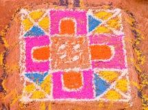Kleurrijke die rangoli tijdens huwelijksceremonie wordt gemaakt in India Stock Fotografie