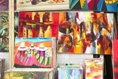 Kleurrijke die schilderijen voor verkoop worden tentoongesteld Royalty-vrije Stock Afbeeldingen