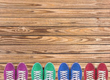 Kleurrijke die schoenen op houten achtergrond met exemplaarruimte worden geplaatst Hoogste mening Stock Afbeeldingen