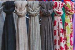 Kleurrijke die sjaal voor verkoop wordt gehouden royalty-vrije stock afbeelding