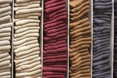 Kleurrijke die sokken op de plank worden gestapeld stock fotografie