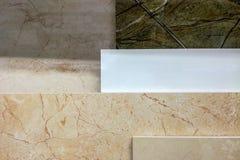 Kleurrijke die steekproeven van marmer en keramische tegels in winkel dichte omhooggaand worden getoond stock afbeeldingen