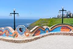 Kleurrijke die stoelen in het park met mozaïekstenen wordt gemaakt Stock Afbeeldingen