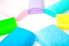 Kleurrijke die stoffenbroodjes in pakhuis - op witte achtergrond wordt geïsoleerd stock afbeelding