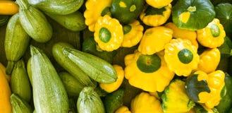 Kleurrijke die verscheidenheden van pompoen voor verkoop bij een markt worden getoond Stock Afbeeldingen