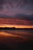 Kleurrijke die Zonsondergang in Water wordt weerspiegeld Royalty-vrije Stock Foto's