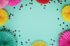 Kleurrijke document bloemen op de blauwe mening van de lijstbovenkant Feestelijke of partijachtergrond vlak leg stijl Exemplaarru royalty-vrije stock fotografie