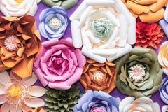Kleurrijke document bloemen op muur Met de hand gemaakte kunstmatige bloemendecoratie De lente abstracte mooie achtergrond en tex Stock Fotografie