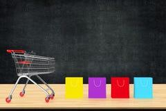 Kleurrijke document het winkelen zakken met karretje op houten lijst met bla Stock Foto's