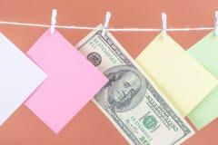 Kleurrijke document kaarten en geld hangende kabel die op bruine achtergrond wordt ge?soleerd stock afbeelding