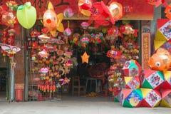 Kleurrijke document lantaarns die voor medio de herfstfestival worden verkocht in China Stock Afbeelding