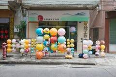 Kleurrijke document lantaarns die voor medio de herfstfestival worden verkocht in China Royalty-vrije Stock Foto