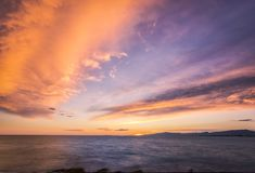 Kleurrijke donkere zonsondergang over het overzees en de bergen Stock Fotografie