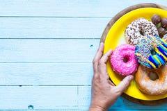 Kleurrijke Donuts-ontbijtsamenstelling met verschillende kleurenstijlen stock fotografie