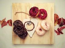 kleurrijke donuts op witte rustieke houten achtergrond Stock Fotografie