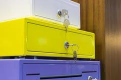Kleurrijke doosbrandkast met sleutels Stock Afbeeldingen