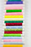 Kleurrijke draden op spoelen  royalty-vrije stock afbeeldingen