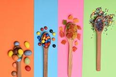 Kleurrijke dragee met marmelade of geleisuikergoed Stock Afbeeldingen