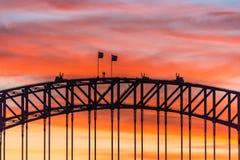 Kleurrijke dramatische hemel met silhouet van Sydney Harbour Bridge Stock Foto's