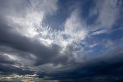 Kleurrijke dramatische hemel met wolk bij zonsondergang Stock Afbeeldingen