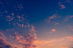 Kleurrijke dramatische hemel met wolk bij zonsondergang royalty-vrije stock foto