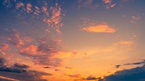Kleurrijke dramatische hemel met wolk bij zonsondergang stock foto