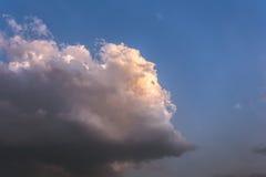 Kleurrijke dramatische hemel met wolk bij zonsondergang Royalty-vrije Stock Fotografie