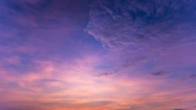 Kleurrijke dramatische hemel met wolk bij zonsondergang Hemel met zonbackgrou Stock Foto