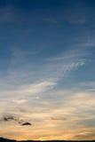 Kleurrijke dramatische hemel met wolk bij zonsondergang Hemel met zonbackgrou Stock Afbeelding