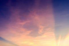 Kleurrijke dramatische hemel met wolk bij zonsondergang Hemel met zonbackgrou Royalty-vrije Stock Afbeeldingen