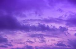 Kleurrijke Dramatische Violet Sky With Clouds royalty-vrije stock afbeelding