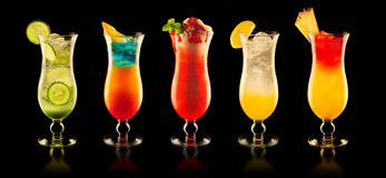 Kleurrijke dranken op zwarte achtergrond Stock Afbeelding