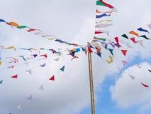 Kleurrijke driehoeksvlaggen die op kabels hangen openlucht Stock Fotografie