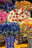 Kleurrijke droge bloem en gebreide vaas Stock Foto