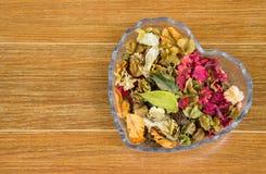 Kleurrijke Droge Bloemen in de Kom van het Hartglas Stock Foto