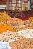 Kleurrijke droge vruchten en notennadruk op fig. Stock Fotografie