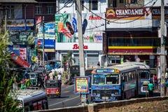 Kleurrijke drukke de straatscène van Sri Lankan met bussen, tuk tuks enz. royalty-vrije stock fotografie