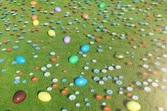 Kleurrijke eieren in een weide op een zonnige dag, met mooie bloemen Paaseieren hoogste mening over gras, gazon Concept Pasen stock foto's