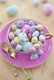 Kleurrijke eieren voor een gelukkige Pasen Stock Afbeeldingen
