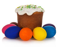 Kleurrijke eieren en Pasen-cake Stock Fotografie